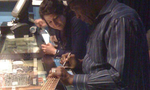 Buddy-Guy-and-Donna-Herula-Singing-Guitar2